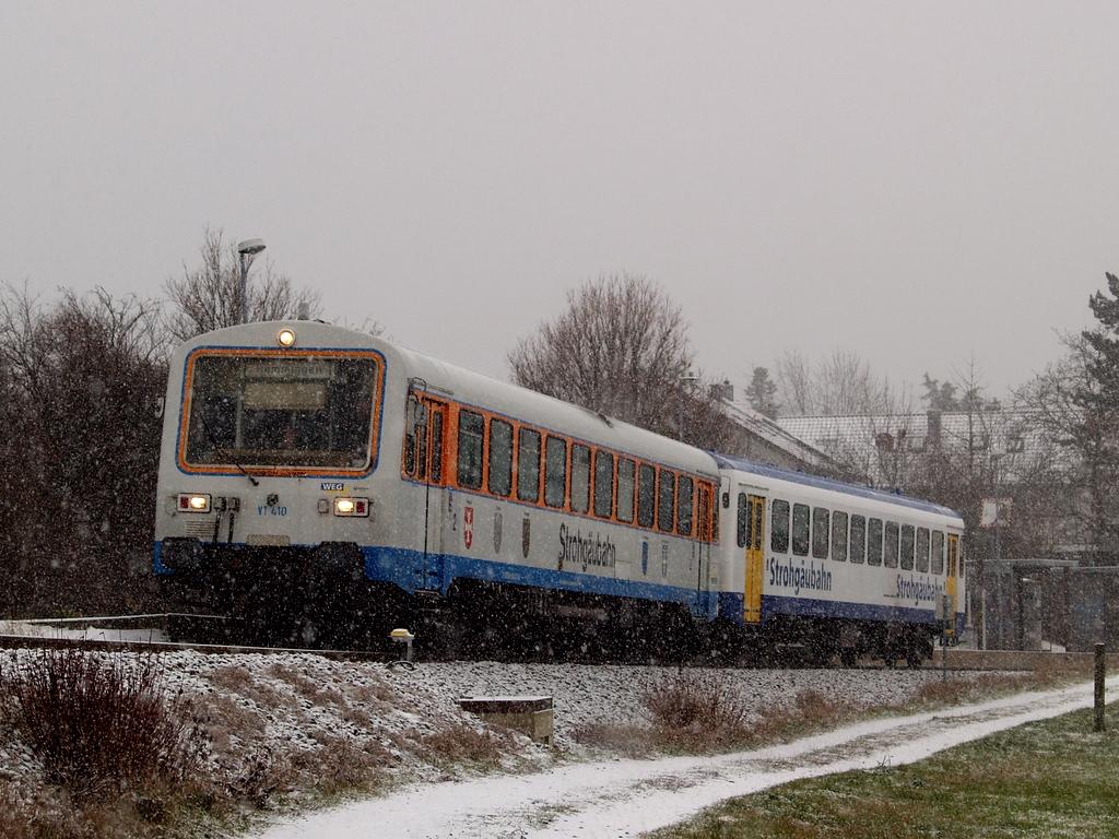 VT 410 und VS 220 am Haltepunkt Gymnasium Korntal, 7. Dezember 2012 Foto: Jiří 7256 – 1024×768