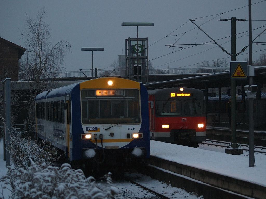 VT 411 und ein ET 420 der DB in Korntal, 7. Dezember 2012 Foto: Jiří 7256 – 1024×768