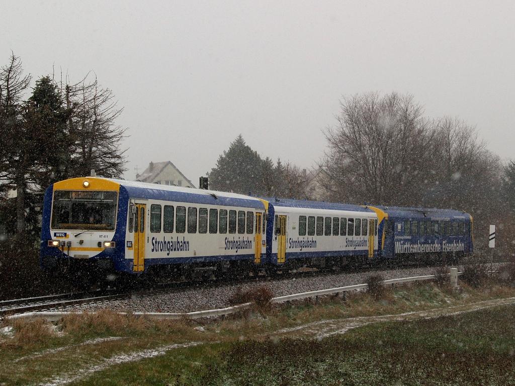 VT 411, VS 250 und VT 420 beim Haltepunkt Gymnasium Korntal, 7. Dezember 2012 Foto: Jiří 7256 – 1024×768
